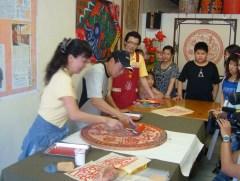 015竹紙藝術魅力無窮,經常接受國內外傳媒採訪而發揚至海內外